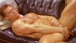 massive dude gets hot after rubbing and doing dirty exercices