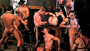 Masters VS Slaves : see this orgy of 9 monstrous men in leather !
