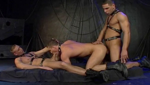 Hot leather guys havin a threesome in a dungeon in here