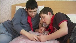 Filthy cougar dude and two twinks form a triangle during oral session