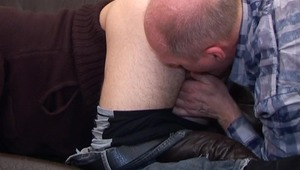 Elder stud doesnt mind sticking his tongue in a twinks booty for licking