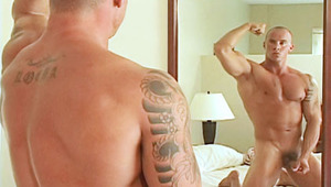 Very handsome bodybuilder masturbates in front of a mirror !